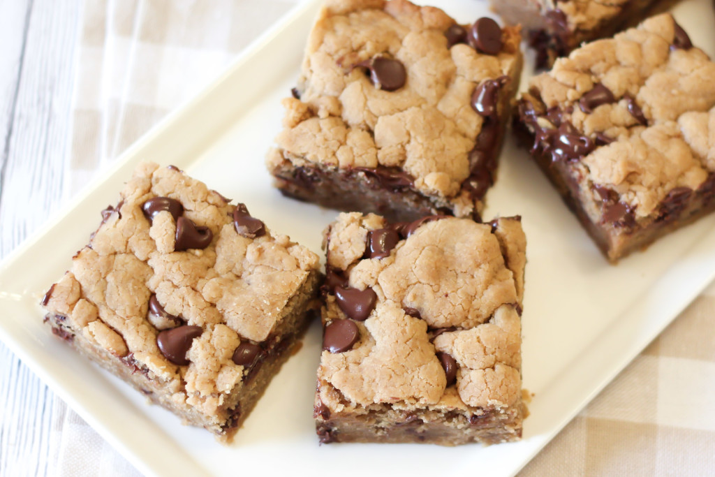Gluten Free Vegan Peanut Butter Chocolate Chip Cookie Bars. Soft peanut butter cookies with tons of chocolate chips, baked into cookie bars!