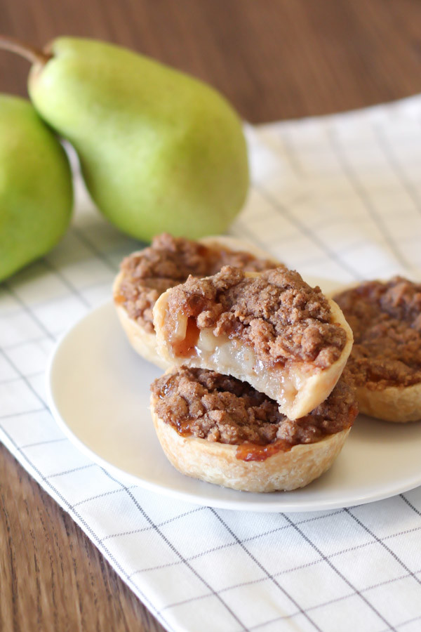 gluten free vegan mini pear pies with crumb topping2