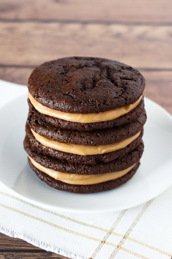 Gluten Free Vegan Chocolate Peanut Butter Sandwich Cookies. Soft chocolate cookies, with creamy peanut butter filling. Oh yes!