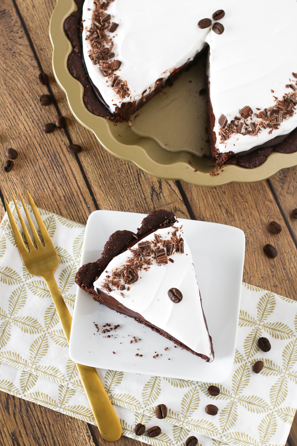 Gluten Free Vegan Mocha Cream Pie. Chocolate cookie crust filled with a decadent dairy free mocha pudding. A slice of chocolaty coffee heaven!